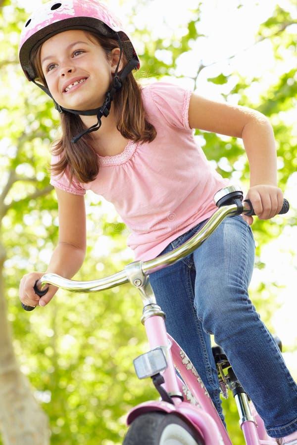 Bici del montar a caballo de la muchacha imágenes de archivo libres de regalías