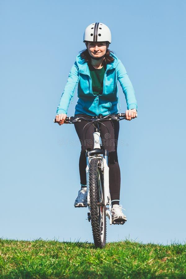 Bici del montar a caballo de la mujer imagenes de archivo