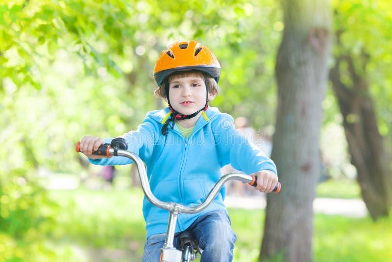 Bici del montar a caballo del niño joven imagen de archivo