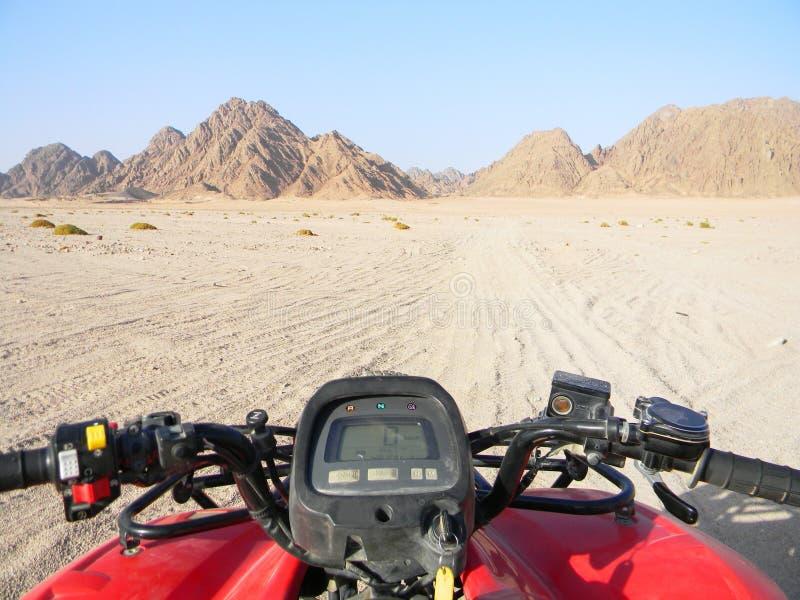 Bici del quadrato nella corsa del deserto Tutta la vista del veicolo o del quadricycle del terreno nella strada del deserto immagine stock