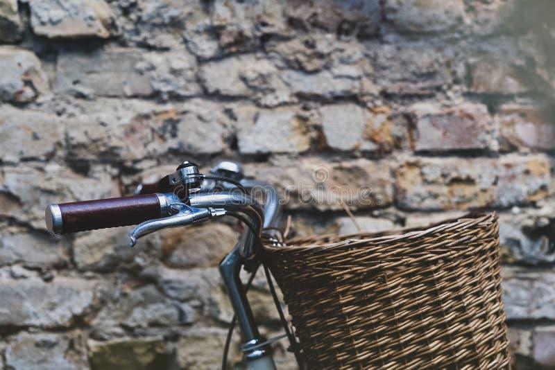 Bici del vintage con la cesta en el fondo de la pared foto de archivo libre de regalías