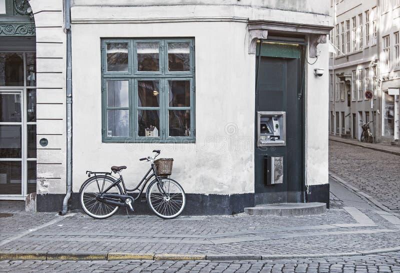Bici del vintage en la calle vieja de Copenhague foto de archivo libre de regalías