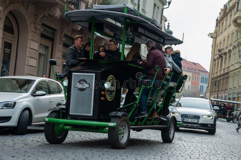 Bici della birra di Praga - barra sulle ruote fotografia stock