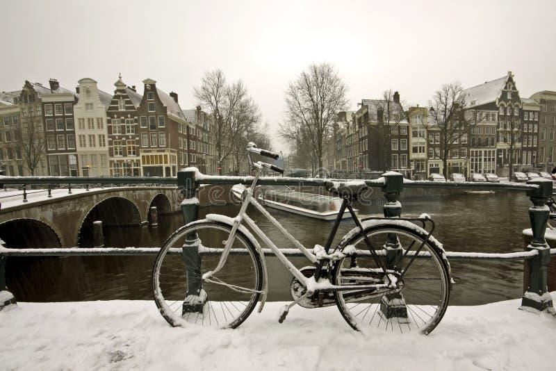Bici dello Snowy a Amsterdam i Paesi Bassi immagine stock