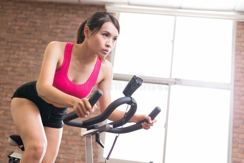 Bici di esercizio di uso della donna immagini stock