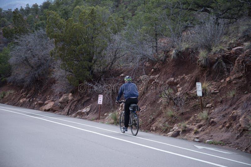 Bici di guida dell'anziano in giardino dei Colorado Springs, CO fotografie stock libere da diritti