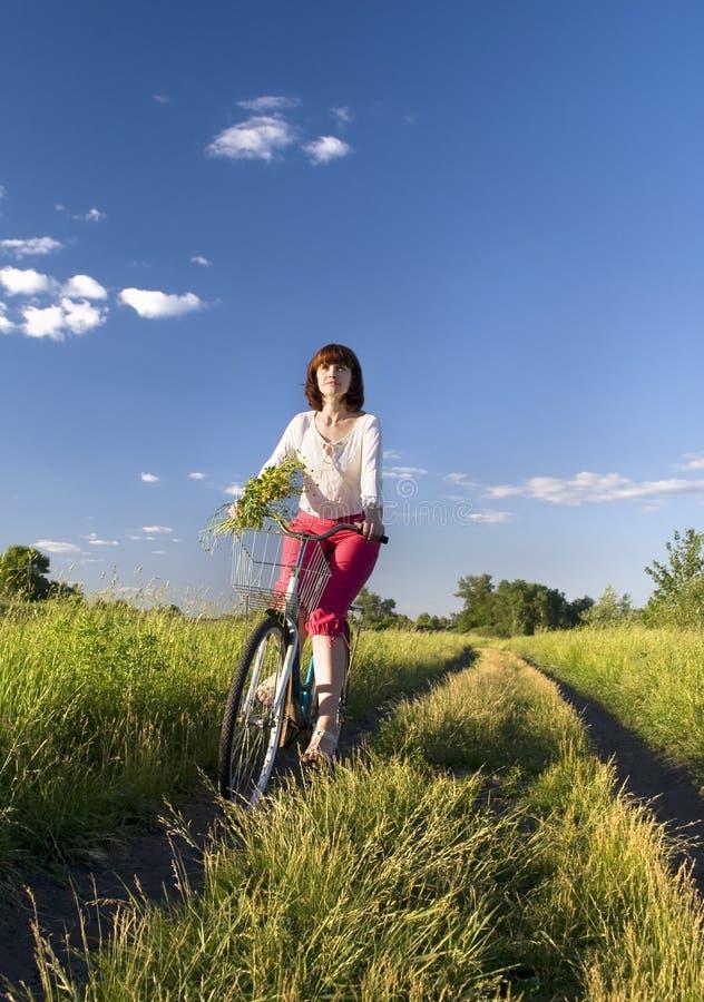 Bici di guida della donna fotografie stock libere da diritti