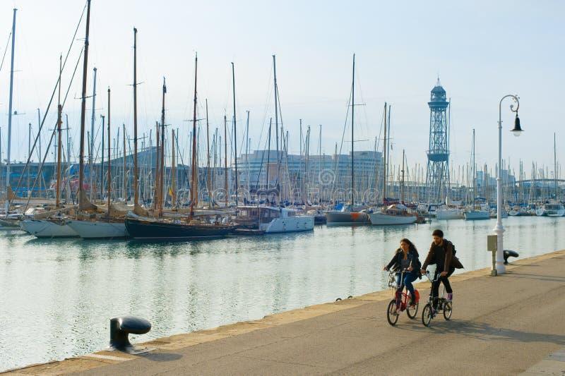 Bici di guida delle coppie Barcellona, Spagna immagine stock libera da diritti