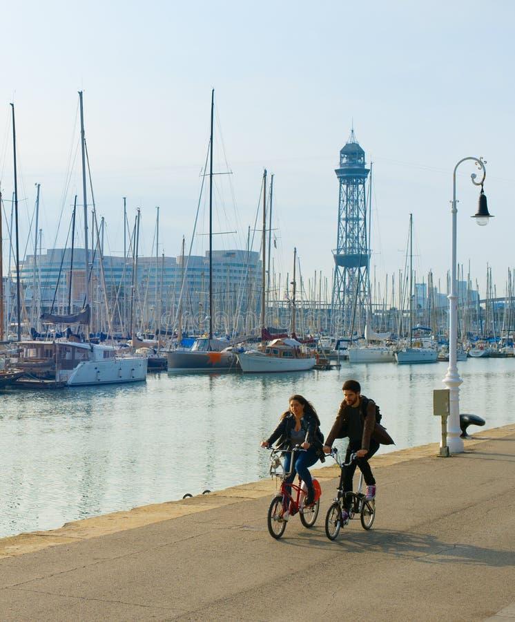 Bici di guida delle coppie Barcellona, Spagna fotografia stock libera da diritti