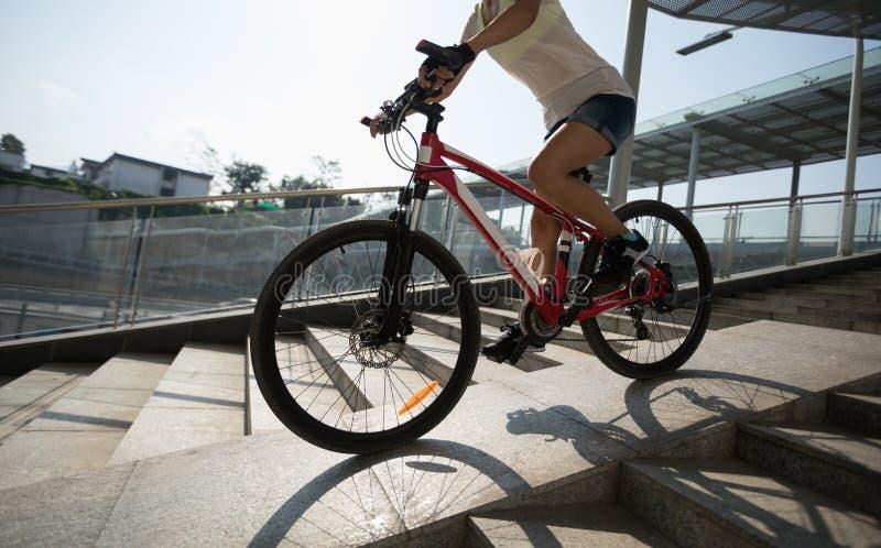 Bici di guida giù la rampa del passaggio fotografie stock