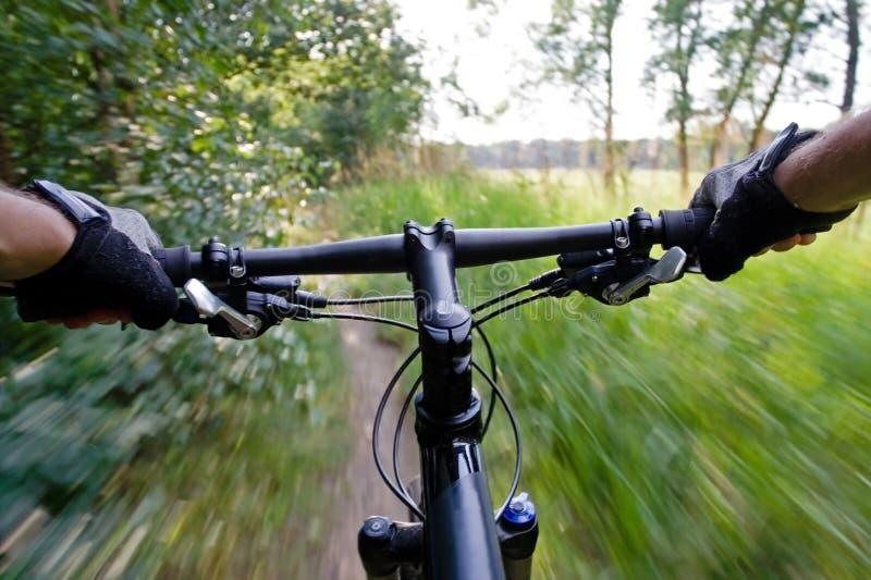 Bici di montagna di guida, sfuocatura di movimento fotografie stock