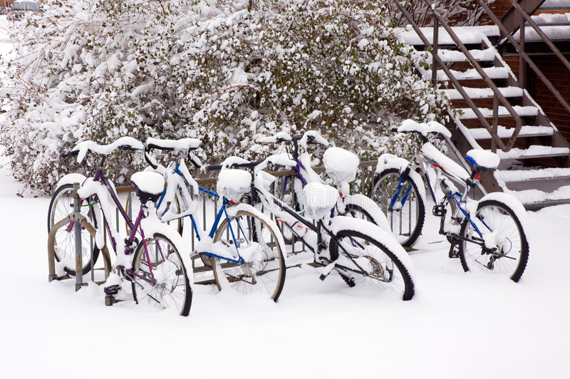 Bici dopo la bufera di neve. fotografia stock libera da diritti