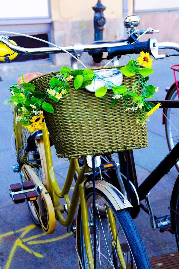 Bici dorata con i girasoli gialli immagini stock