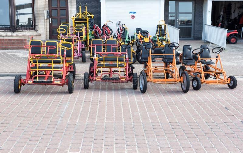 Bici e warcars da prendere in prestito sulla passeggiata di Koksijde, Belgiu fotografie stock