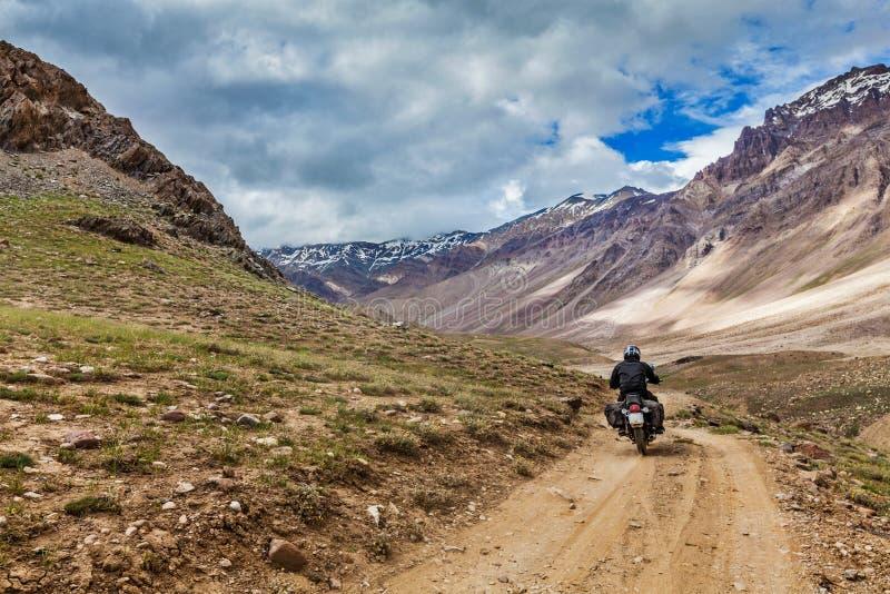 Bici en el camino de la montaña en Himalaya foto de archivo