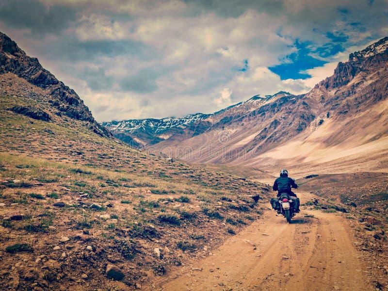 Bici en el camino de la montaña en Himalaya imagenes de archivo