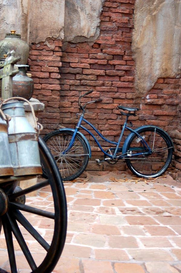 Bici en la calle imagenes de archivo