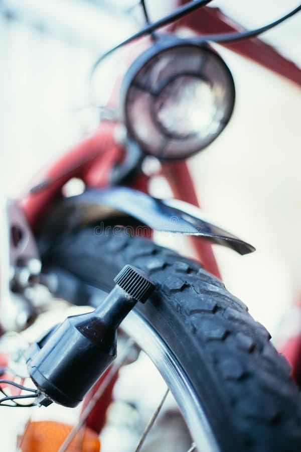 Bici en la ciudad: Imagen ascendente cercana del dínamo imagenes de archivo