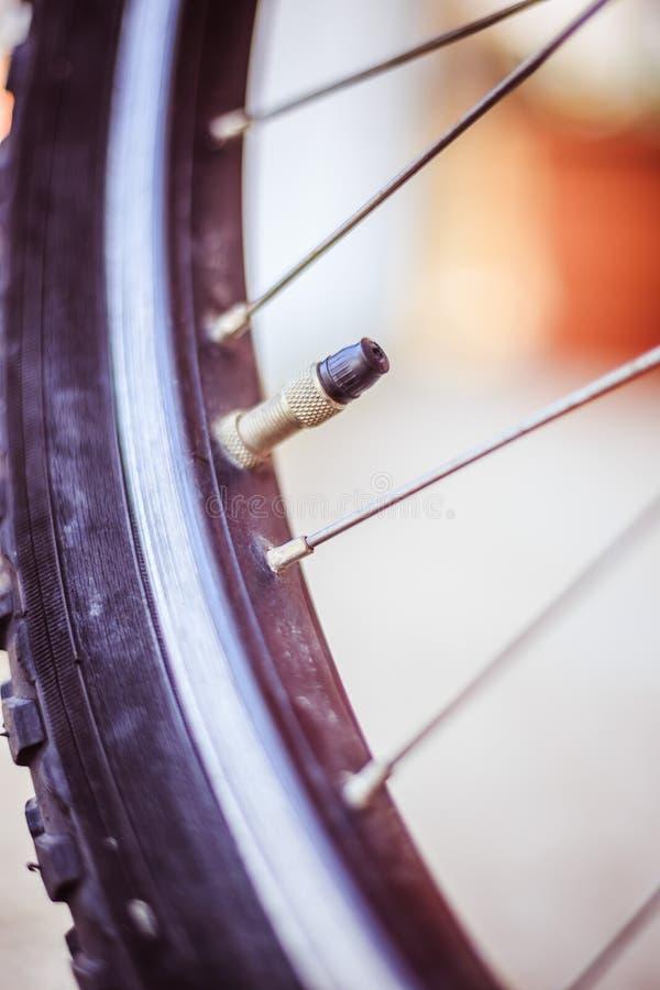 Bici en la ciudad: Imagen ascendente cercana del mercado y de los rayos del neumático fotografía de archivo