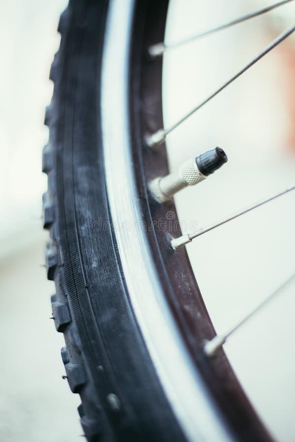 Bici en la ciudad: Imagen ascendente cercana del mercado y de los rayos del neum?tico fotografía de archivo