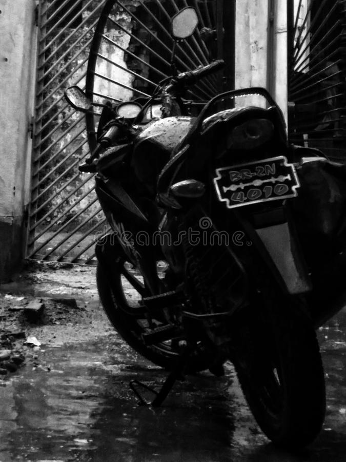 Bici en lluvia fotos de archivo