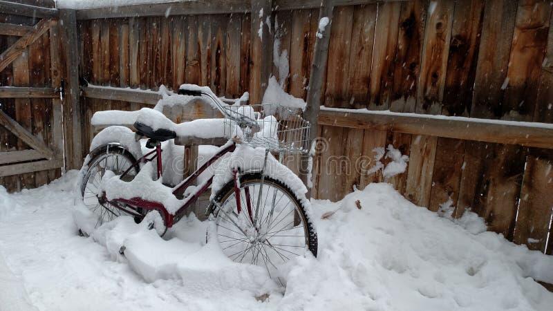 Bici en nieve fotografía de archivo