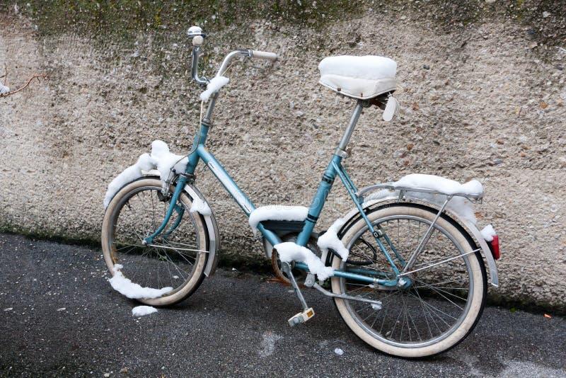 Bici en nieve fotografía de archivo libre de regalías