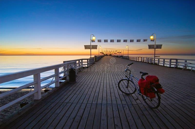 Bici en un embarcadero foto de archivo
