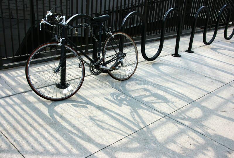Bici encadenada fotos de archivo
