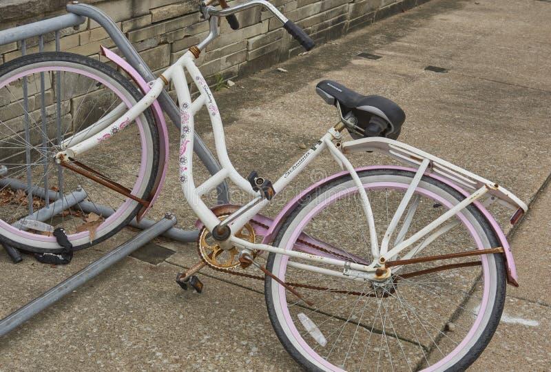 Bici encadenada a la estación foto de archivo libre de regalías