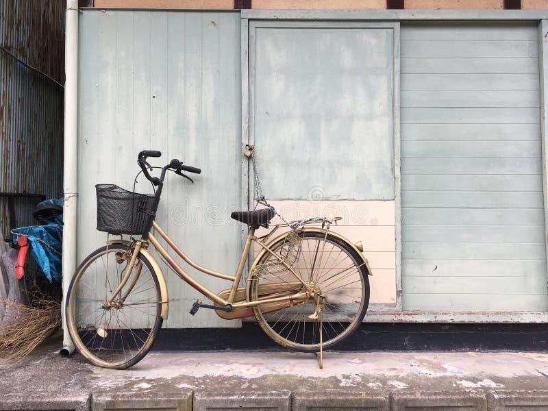 Bici encadenada para arriba en la isla de Toyohama foto de archivo libre de regalías