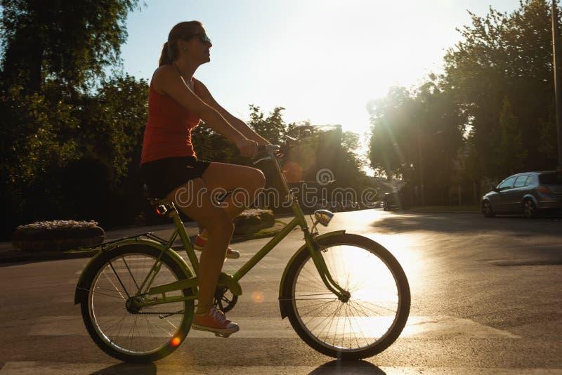 Bici femenina joven del montar a caballo imágenes de archivo libres de regalías