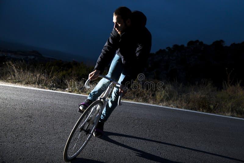 Bici fissa di guida di sport dell'ingranaggio dell'uomo del ciclista fotografia stock