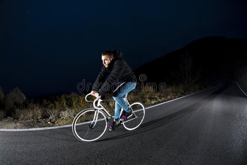 Bici fissa di guida di sport dell'ingranaggio dell'uomo del ciclista immagini stock libere da diritti