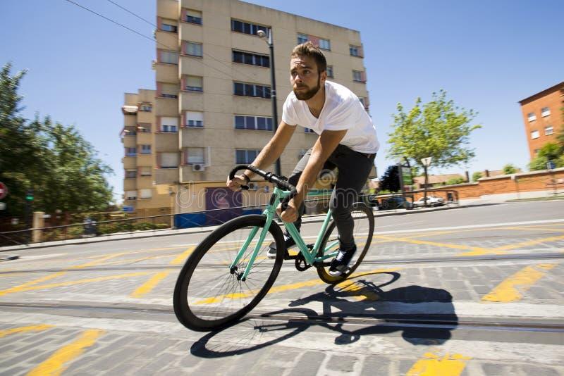 Bici fissa di guida di sport dell'ingranaggio dell'uomo del ciclista immagine stock libera da diritti