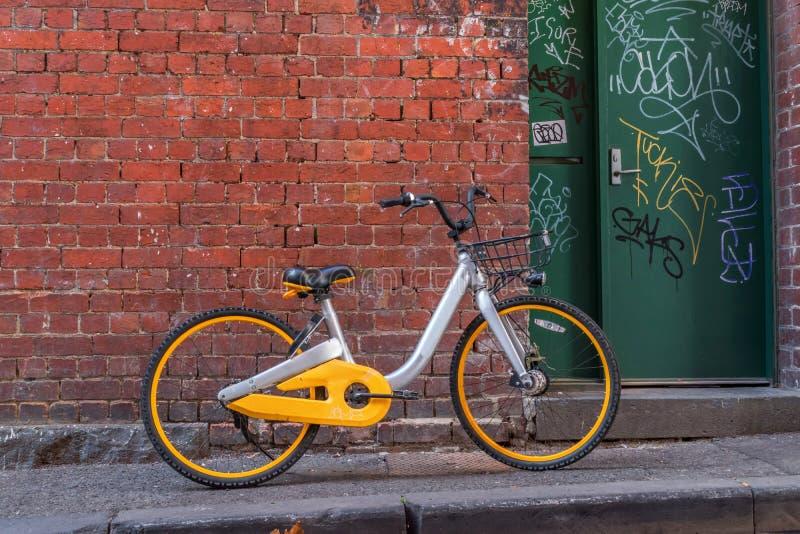 Bici gialla e d'argento sulla via fotografia stock