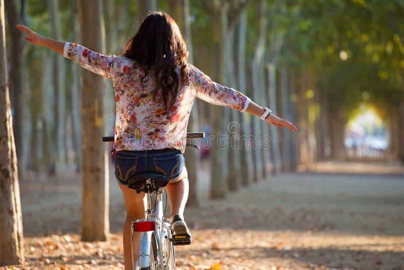 Bici graziosa di guida della ragazza in una foresta fotografie stock