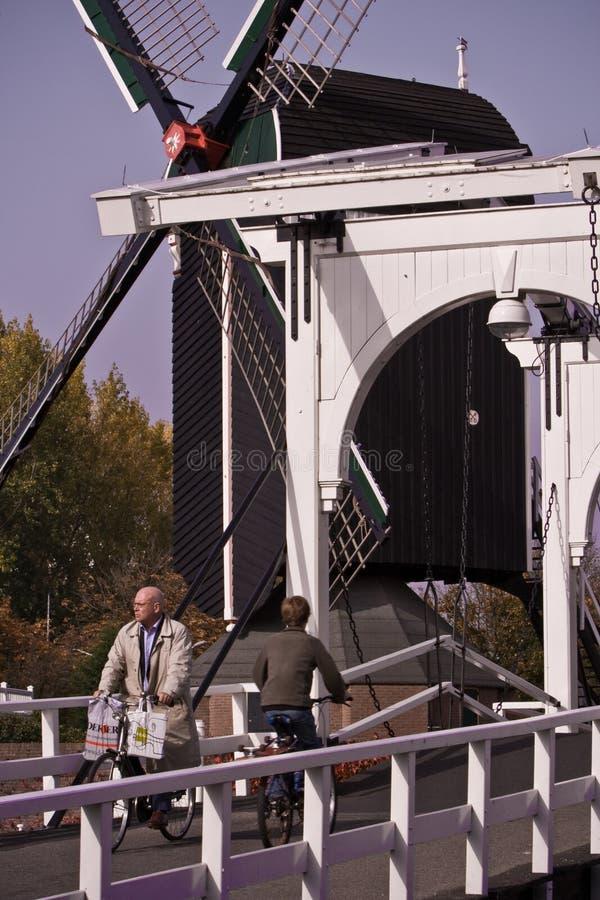 Bici holandesa de Leiden del puente del molino de viento fotos de archivo