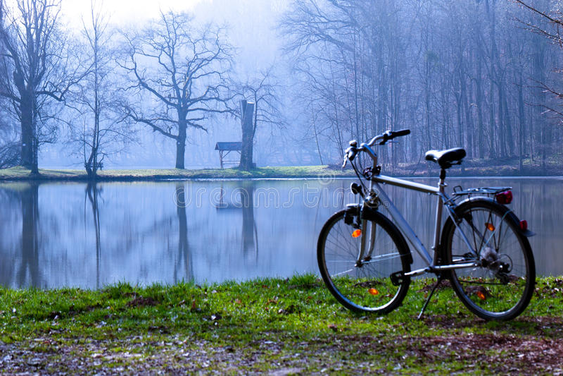 Bici in la mattina di primavera immagine stock
