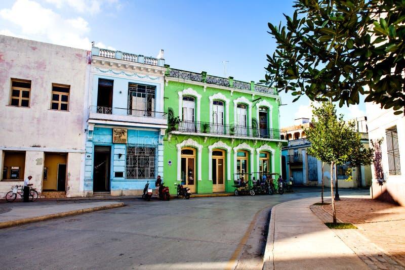 Bici lub roweru taxi ` s czekanie przed kolorowym kolonisty domem w Camaguey obrazy stock