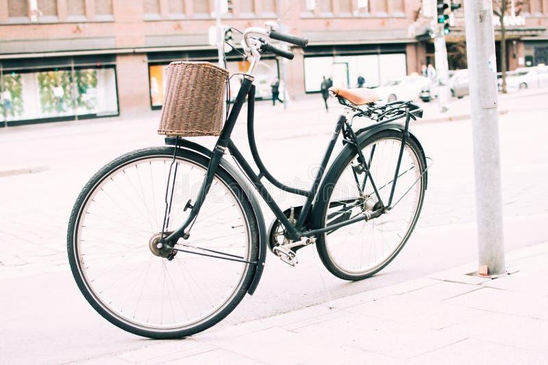 Bici negra parqueada en la acera imagen de archivo