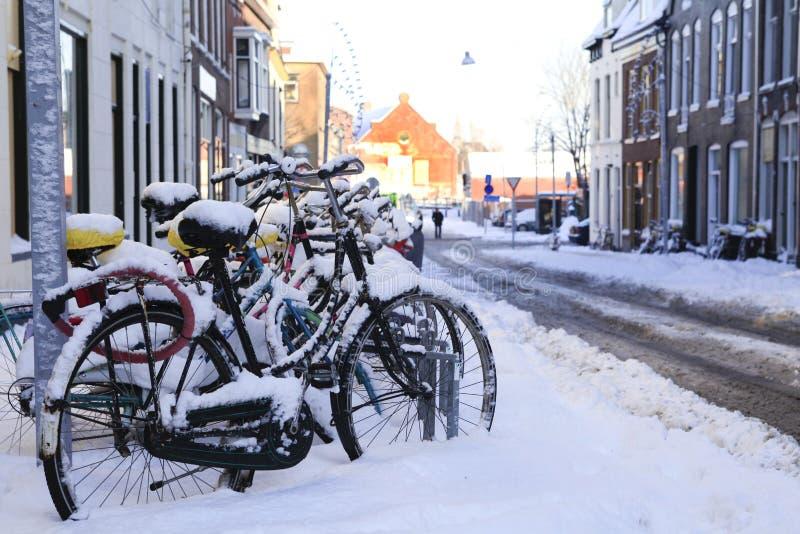 Bici nella neve fotografie stock libere da diritti