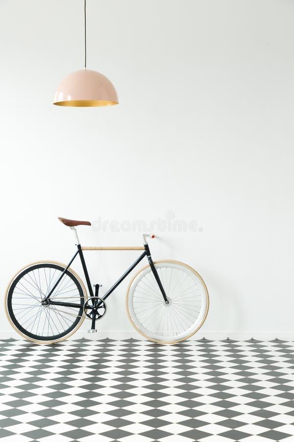 Bici nera nell'interno semplice immagini stock