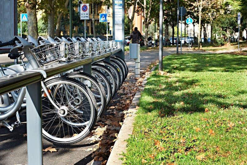 Bici per affitto sulla città europea fotografia stock libera da diritti