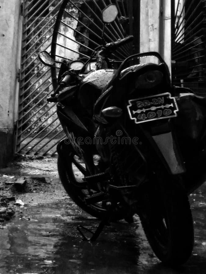 Bici in pioggia fotografie stock