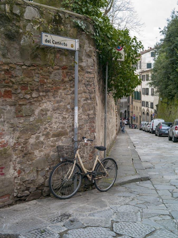 Bici que se inclina a la pared en Florencia fotografía de archivo libre de regalías