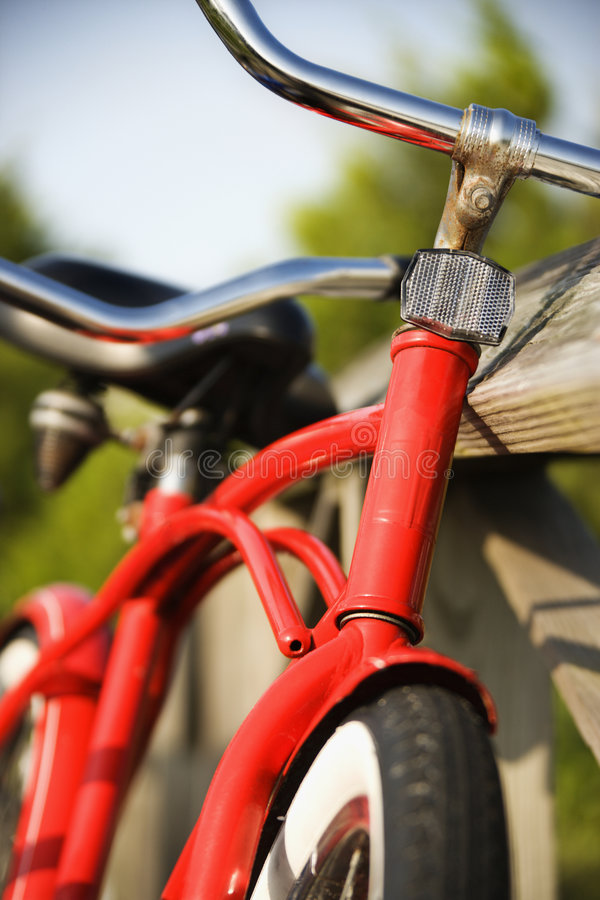 Bici roja que se inclina contra el pasamano. imagenes de archivo
