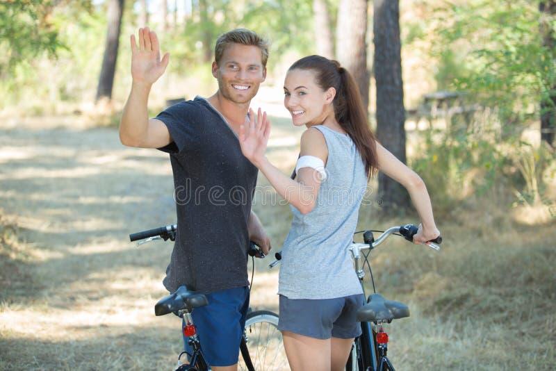 Bici romantiche di guida delle coppie in foresta fotografia stock libera da diritti