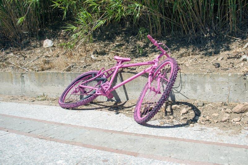 Bici rosada izquierda en Cerdeña, Italia fotografía de archivo libre de regalías