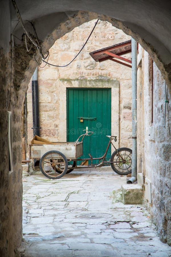 Bici a ruote tre con il carretto immagini stock libere da diritti